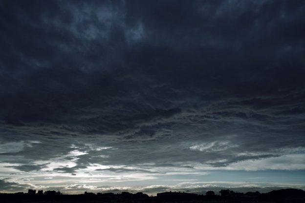 陰鬱な曇り空