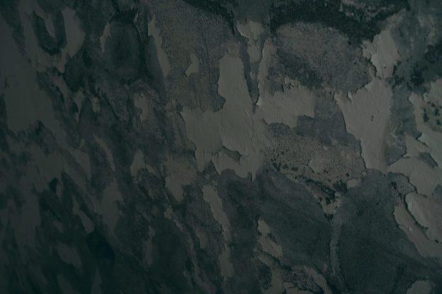 壁から剥がれ落ちる塗装