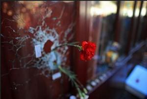 銃弾のあとに挿された花