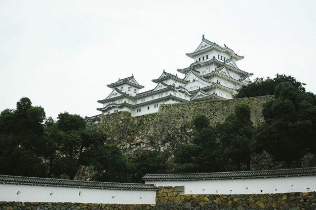 石垣の上にそびえる日本の城