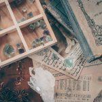 水晶が散らばる魔女の机